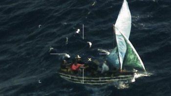 La tripulación de la estación aérea de la Guardia Costera Miami HC-144 Ocean Sentry localiza un barco de migrantes aproximadamente a 3 millas al sur de Anguilla Cay, Bahamas.