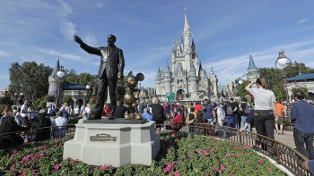 Fotografía del 9 de enero de 2019 que muestra la estatua de Walt Disney y Mickey Mouse frente al castillo de Cenicienta en Magic Kingdom, en Walt Disney World en Lake Buena Vista, Florida.