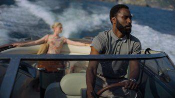 Esta imagen proveída por Warner Bros. Entertainment muestra a Elizabeth Debicki y John David Washington en una escena de Tenet. La película se estrenó en agosto de 2020.
