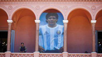 Un cartel gigante de Diego Maradona se exhibe en un balcón del palacio presidencial conocido como la Casa Rosada, en Buenos Aires, Argentina, el jueves 26 de noviembre de 2020.