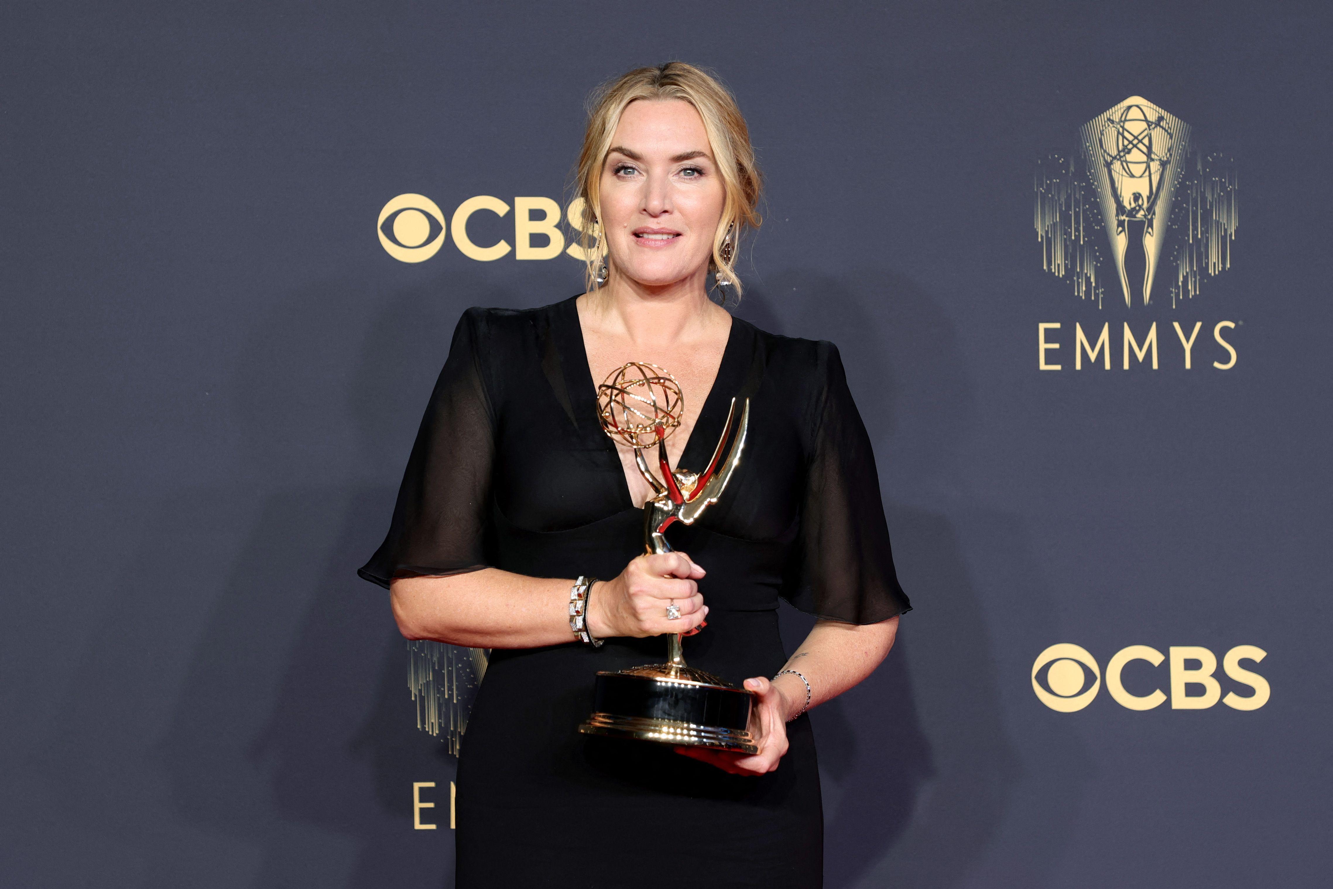 Kate Winslet, ganadora del premio a la mejor actriz principal en una serie limitada o de antología o película por Mare Of Easttown, posa en la sala de prensa durante la 73a Primetime Emmy Awards en L.A. LIVE el 19 de septiembre de 2021 en Los Ángeles, California.