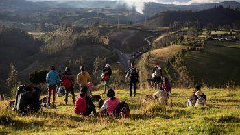 En esta foto de archivo del 27 de agosto de 2019, migrantes venezolanos contemplan la Ruta Panamericana en Urbina, Ecuador. La crisis de migración venezolana ha entrado en una nueva etapa, donde muchos de los emigrados difícilmente regresarán a su país. El enviado de la ONU Eduardo Stein dijo en entrevista con The Associated Press que el éxodo de más de 4,6 millones de personas ha causado cambios irreversibles en Latinoamérica