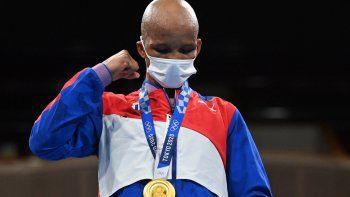 Roniel Iglesias, medallista de oro de Cuba, celebra en el podio después de la pelea final de boxeo wélter masculino (63-69 kg) durante los Juegos Olímpicos de Tokio 2020