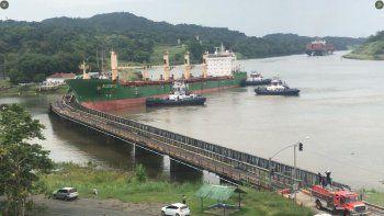 Fotografía del momento en el que un buque colisiona con un puente ferroviario en las inmediaciones del Canal de Panamá, publicada el 23 de junio de 2020 en la cuenta de Twitter @DimeloPanama.