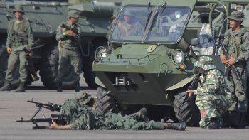 Fotografía del 10 de septiembre de 2019 deun ejercicio militar de las fuerzas del régimen de Nicolás Maduro en el aeropuerto Francisco García de Hevia, en la población fronteriza de La Fría en el estado de Táchira, Venezuela.