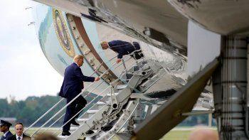 El presidente Donald Trump aborda al avión presidencial en el Aeropuerto Internacional Wilmington, el miércoles 2 de septiembre de 2020, en Wilmington, Carolina del Norte.