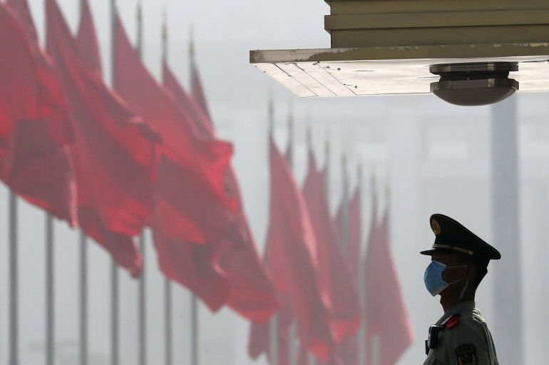 Un miembro de la policía paramilitar china hace guardia cerca de la Plaza de Tiananmen antes del inicio de la Asamblea Popular Nacional en el Gran Salón Popular
