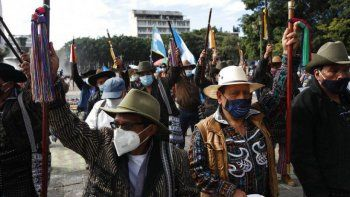 Indígenas se reúnen frente al Palacio Nacional para exigir la renuncia del presidente Alejandro Giammattei, en la ciudad de Guatemala, el martes 24 de noviembre de 2020.