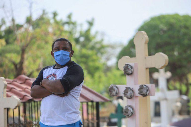 Un hombre con mascarilla asiste a un entierro en el cementerio Central de Managua