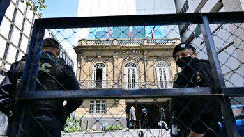 Policías son vistos afuera del Hotel Sofitel, donde se lleva a cabo la segunda ronda de reuniones de representantes del régimen y la oposición venezolana, en la Ciudad de México, el 6 de septiembre de 2021.