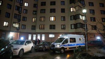 Una furgoneta policial rusa esta estacionada junto al edificio de apartamentos donde vive el encarcelado lider opositor Alexei Navalny en Moscú el miércoles, 27 de enero del 2021. La policía allanó el apartamento de Navalny, otro apartamento donde esta viviendo su esposa y dos oficinas de su organización.