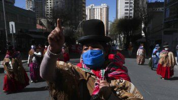 Indígenas aymara marchan contra la implementación del gobierno de clases virtuales en el país como medidas de precaución contra el nuevo coronavirus en La Paz, Bolivia, el miércoles 8 de julio de 2020.