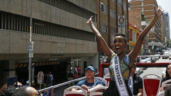 La nueva Miss Universo, originaria de la provincia de Cabo Oriental (sureste), debe asistir el jueves por la noche al discurso anual del presidente sudafricano, Cyril Ramaphosa, a la nación. Quiero ver si tiene un programa para las mujeres, explicó Zozibini.