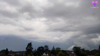 Filman en timelapse el cielo de Reino Unido durante una tormenta . MADRID, 24 jun. (EDIZIONES) Las atronadoras tormentas del pasado 16 de junio en Reino Unido animaron al meteorólogo Kerry Mason de Sutton Coldfield, Reino Unido, a mirar al cielo y grabar el espectáculo meteorológico que estaba teniendo lugar sobre su cabeza. SOCIEDAD VIDELO - @KERRY_MASON