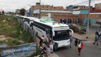 En esta imagen del 30 de abril de 2020, migrantes venezolanos suben a autobuses con destino a la frontera de Venezuela, en medio de la pandemia del coronavirus, en Bogotá, Colombia. Unos 20.000 venezolanos han vuelto a casa desde principios de marzo, según el gobierno colombiano.