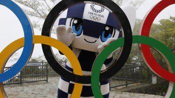 En esta imagen, tomada el 14 de abril de 2021, la mascota de Tokio 2020, Miraitowa, posa con los aros olímpicos tras la ceremonia de presentación del símbolo en el monte Takao, en Hachioji, al oeste de Tokio, al inicio de la cuenta regresiva de 100 para el inicio de los Juegos.