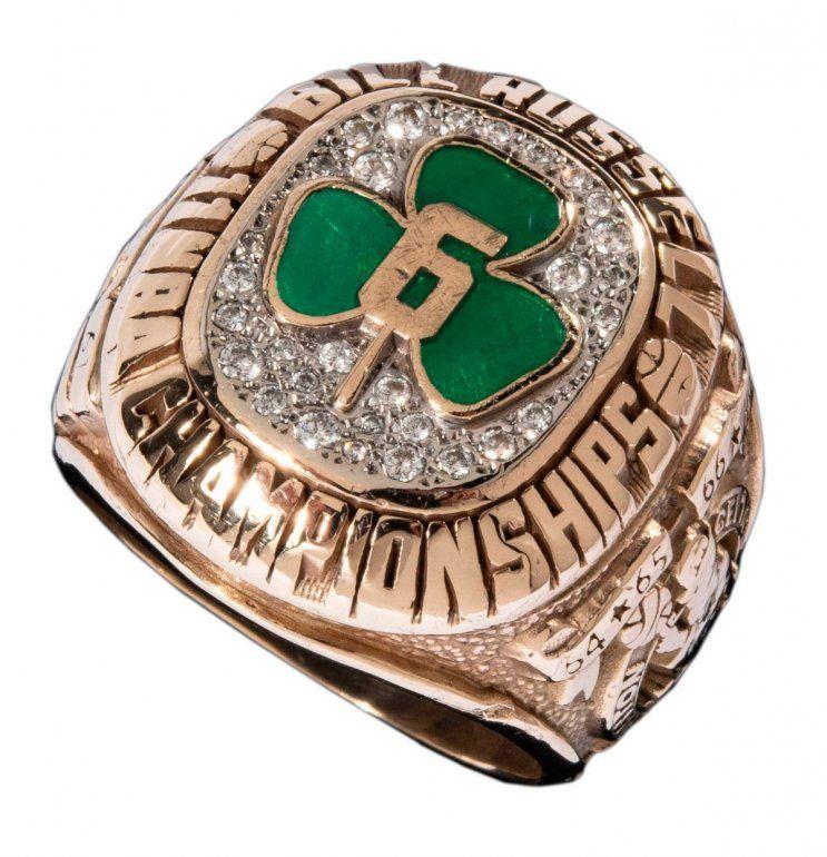 En una imagen proporcionada por la casa de subastas Hunt Auctions muestra un anillo de campeonato de la NBA que obtuvo con los Celtics de Boston Bill Russell