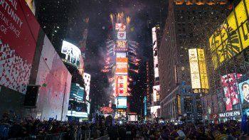 En esta fotografía de archivo del 1 de enero de 2017, una lluvia de confeti cae sobre la multitud que celebra la llegada del año nuevo en Times Square, en la Ciudad de Nueva York.