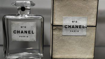 En esta foto de archivo tomada el 25 de septiembre de 2020, muestra una antigua botella de perfume Chanel N ° 5 exhibida durante la exposición Gabrielle Chanel, manifiesto de moda en el museo de moda Galliera Palais, en París.