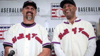 En esta foto de archivo del 22 de enero de 2020, el excapitán de los Yanquis de Nueva York, Derek Jeter (derecha) y el exjardinero de los Rockies de Colorado, Larry WAlker, posan luego de ser elegidos como nuevos miembros del Salón de la Fama