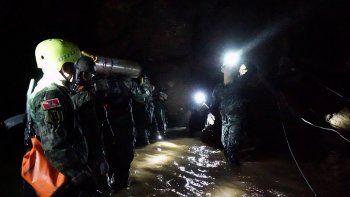 Fotografía cedida por la marina tailandesa hoy, viernes 6 de julio de 2018, que muestra personal militar tailandés mientras transportan materiales durante las operaciones de rescate del equipo de fútbol juvenil y su entrenador atrapados en lacuevaTham Luang en Khun Nam Nang Non Forest Park, Provincia de Chiang Rai, (Tailandia).