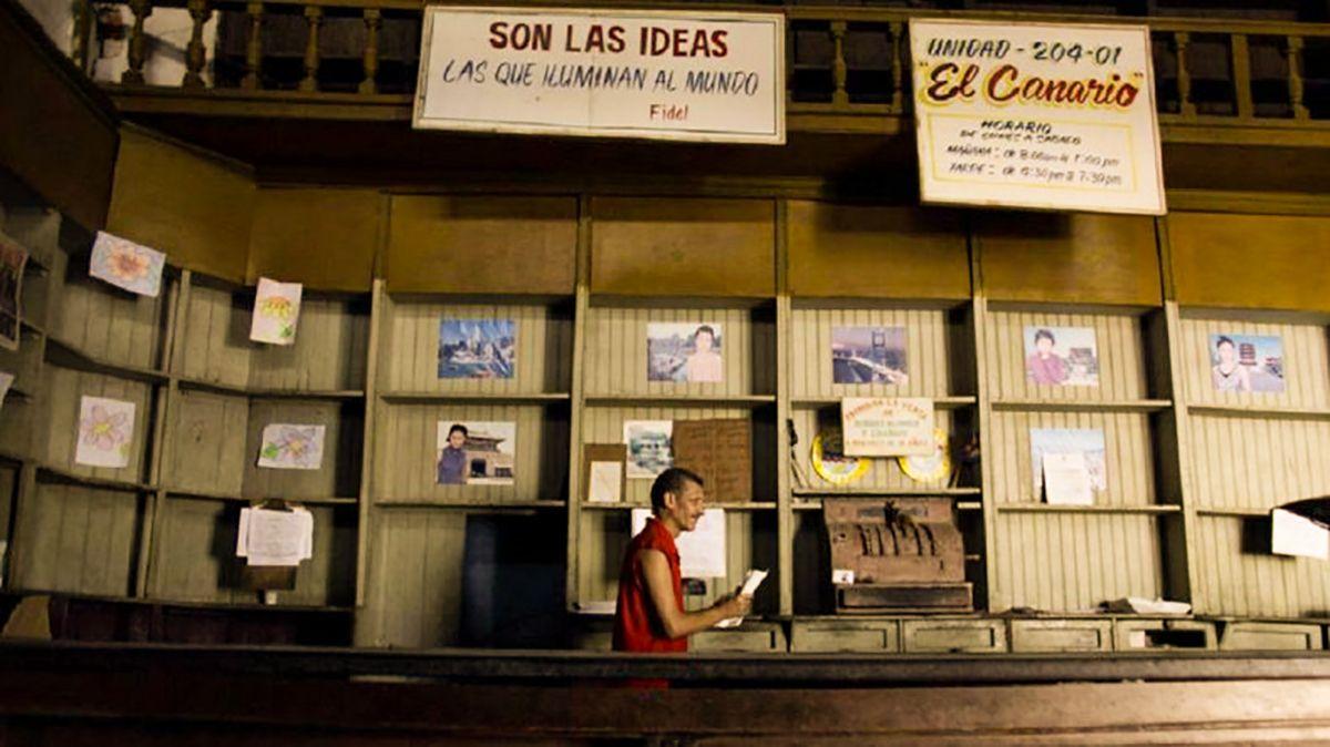 Vista parcial de un local de alimentos y mercancías totalmente vacío, en La Habana, Cuba.