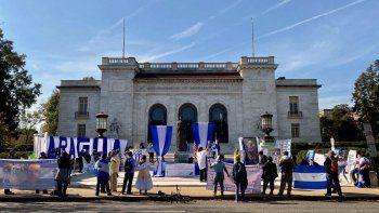 Miembros de la oposición nicaragüense se reúnen frente al edificio de la Organización de Estados Americanos (OEA) para manifestarse contra el régimen de Daniel Ortega en Washington DC, el 20 de octubre de 2020.