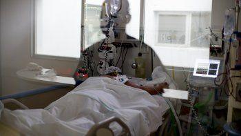 En esta imagen, tomada el 15 de septiembre de 2020, la imagen de una enfermera de cuidados intensivos se refleja en una ventana mientras observa a un paciente con COVID-19, en el hospital El Cruce Dr. Néstor Carlos Kirchner, en las afueras de Buenos Aires, Argentina.