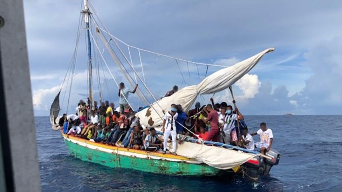 Haitianos interceptados por la Guardia Costera cerca de Miami.