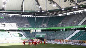 Los jugadores del Bayern Múnich celebran en un estadio desierto tras el partido contra Wolfsburgo por la Bundesliga en Wolfsburgo, el sábado 27 de junio de 2020.