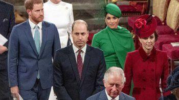 Meghan vestida de verde con un pequeño sombrero estilo beret ladeado y zapatos nude, Enrique con traje azul y corbata clara del mismo color, se sentaron ensegunda fila.