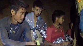 Captura de video cedida por Thai Royal Navy que muestra a miembros de un equipo de fútbol en una sección de lacuevaTham Luang en el parque forestal Khun Nam Nang, provincia de Chiang Rai,Tailandia, el 4 de julio 2018.