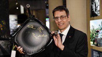 El premio Nobel de Física 2019 Didier Queloz sostiene su silla firmada como parte de la tradicional ceremonia de firma de la silla Nobel en el Museo Nobel de Estocolmo, Suecia, el viernes 6 de diciembre de 2019.