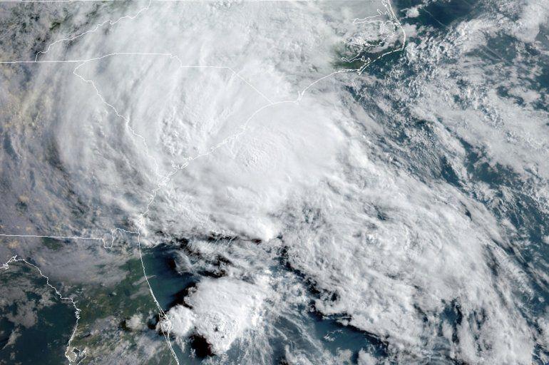 Esta foto de satélite del 27 de mayo del 2020 proveída por la Oficina Nacional de Administración Oceánica y Atmosférica de Estados Unidos (NOAA) muestra a la tormenta tropical Bertha acercándose a la costa de Carolina del Sur. E