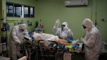 Médicos de urgencias trasladan a un paciente con COVID-19 a un hospital, en Manaos, Brasil. Per cápita, Manaos es la ciudad de Brasil más golpeada por el COVID-19.