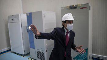 Gerardo Burgos, secretario general del Ministerio de Salud de Colombia, muestra los refrigeradores que serán utilizados para guardar vacunas contra el COVID-19 durante un recorrido organizado para la prensa por un almacén especial del ministerio en Bogotá, el martes 19 de enero de 2021.