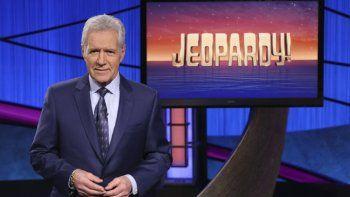 En esta imagen proporcionada por Jeopardy! Alex Trebek, anfitrión del programa de concurso Jeopardy!. La última semana de episodios grabados por Trebek será transmitida del 4 al 8 de enero de 2021. Trebek grabó los episodios a finales de octubre y falleció en noviembre por cáncer de páncreas.