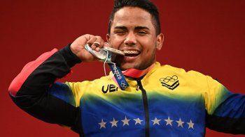 El medallista de plata de Venezuela, Keydomar Giovanni Vallenilla Sánchez, posa en el podio para la ceremonia de la victoria de la competencia de halterofilia masculina de 96 kg durante los Juegos Olímpicos de Tokio 2020