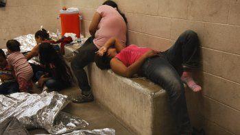Activistas y miembros de la Coalición de Familias Uncage & Reunite exigieron enArizonauna revisión de las licencias otorgadas a Southwest Key, la empresa privada que administra cárceles para inmigrantes indocumentados, por incidentes graves ocurridos con menores.