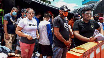 Migrantes nicaragüenses esperan autorización para cruzar la frontera entre Costa Rica y Nicaragua en Peñas Blancas, Costa Rica el 25 de julio de 2020. Las autoridades nicaragüenses impidieron la entrada de más de 500 ciudadanos nicaragüenses desde Costa Rica, luego de invocar medidas sanitarias por parte de covid-19, por lo que permanecen varados en la frontera, denunciaron organizaciones de derechos humanos el 23 de julio.