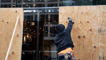 Muchas empresas en Washington están cerrando ventanas ante una posible violencia relacionada con las elecciones el 31 de octubre de 2020. Y es que el 20 de enero de 2017, estalló la violencia en Washington, DC, cuando manifestantes dañaron los escaparates y arrojaron piedras y ladrillos a los agentes de policía durante la toma de posesión del presidente Donald Trump.