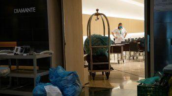 Una empleada limpia una de las áreas del Hotel Melia Barcelona Sarria, que despide a los últimos pacientes de COVID-19 que acogió durante la pandemia.