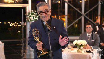En esta imagen de video del domingo 20 de septiembre del 2020, cortesía de la Academia de las Artes y Ciencias Televisivas, Eugene Levy recibe el premio al mejor actor en una serie de comedia por Schitts Creek durante la transmisión de la 72 edición de los premios Emmy.