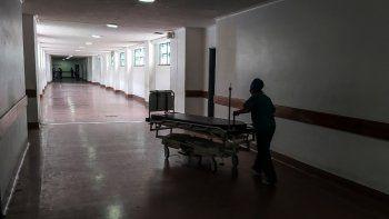 Un trabajador de la salud mueve una camilla por un pasillo del Hospital Universitario, uno de los más importantes en la formación de médicos del país, en Caracas (Venezuela) el 3 de junio de 2021.