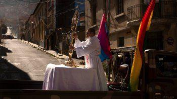 En esta foto de archivo del 11 de junio de 2020, un sacerdote católico viaja en la parte trasera de un vehículo militar durante una procesión que marca el Corpus Christi, que conmemora la transubstanciación bíblica del pan y el vino en el cuerpo y sangre de Cristo, en La Paz, Bolivia.