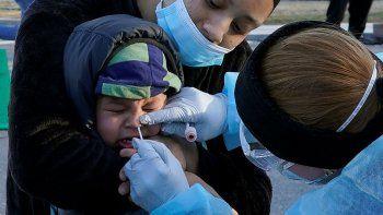 Jamillette Gomes sostiene a su hijo Avian, de 2 años, el 3 de diciembre de 2020 mientras le realizan la prueba del coronavirus, en Lawrence, Massachusetts.