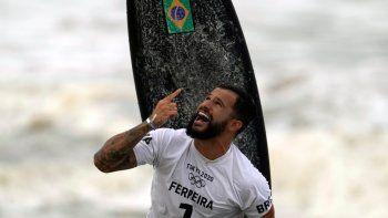 El brasileño Ítalo Ferreira celebra tras ganar la medalla de oro en la primera competición de surf en unos juegos olímpicos, el 27 de julio de 2021, en la playa de Tsurigasaki, en Ichinomiya, Japón