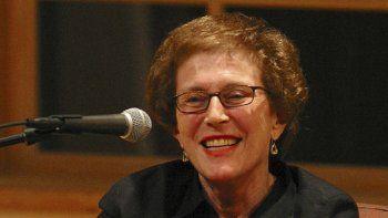 En esta fotografía de 2003 proporcionada por Patricia Williams se ve a Joan Micklin Silver sonriendo al ser entrevistada por Kenneth Turan en el Centro Nacional de Libros en Yiddish, en Amherst, Massachusetts.