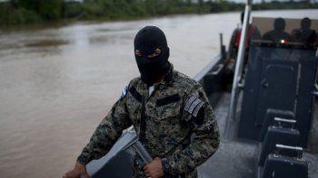 En esta fotografía de archivo, agentes de la Armada hondureña patrullan en el río Patuca, cerca de Ahuas, una alejada comunidad en la requión de Mosquitia, en Honduras.
