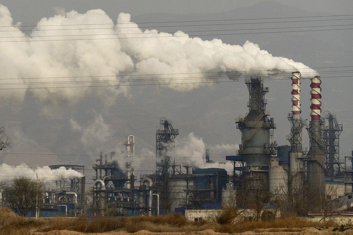 En esta imagen de archivo del 28 de noviembre de 2019, humo y vapor salen de una planta de procesamiento de carbón en la prpvinia china de Shanxi.